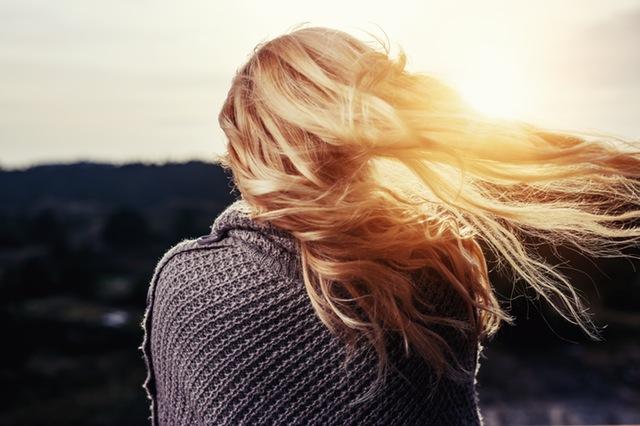 Blondine von hinten